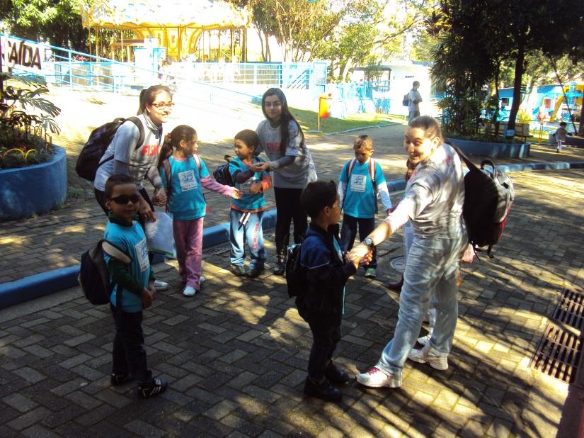 Teachers Damares e Letícia's group: THE STARS. Grito de Guerra: Twinkle, twinkle, little star Pocket buddy in the car!