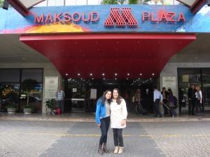 Andréia e Francine tercetti, coordenadora administrativa, em frente ao Hotel Maksoud Plaza , local da Convenção
