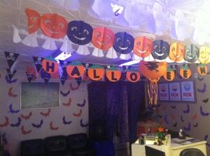 A nossa decoração de Halloween já virou tradição. Muitas pessoas vêm especialmente para tirar fotos e filmar a escola.