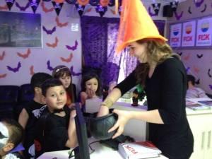 Após cumprir todas as tarefas da gincana, os alunos puderam fazer o Trick or Treat.